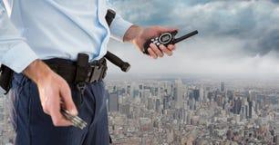 Χαμηλότερο σώμα φρουράς ασφάλειας με την ομιλούσα ταινία walkie ενάντια στον ορίζοντα και τα σύννεφα Στοκ φωτογραφίες με δικαίωμα ελεύθερης χρήσης