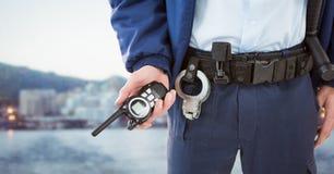 Χαμηλότερο σώμα φρουράς ασφάλειας με την ομιλούσα ταινία walkie ενάντια στο μουτζουρωμένο ορίζοντα Στοκ Εικόνα