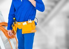 Χαμηλότερο σώμα Handyman με τη σκάλα ενάντια στα μουτζουρωμένα γκρίζα σκαλοπάτια Στοκ Εικόνες
