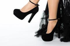 Χαμηλότερο τμήμα των ποδιών της γυναίκας με τα μαύρα τακούνια Στοκ Εικόνες