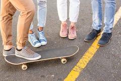 Χαμηλότερο τμήμα των φίλων και skateboard ισχίων Στοκ Φωτογραφία