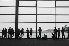 χαμηλό παραθυρόφυλλο τηλεφωνικών πλάνων επιβατών ατόμων αποσκευών αερολιμένων κάποια αναμονή ταχύτητας Στοκ Φωτογραφίες