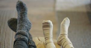 Χαμηλό τμήμα της οικογένειας που φορά τις κάλτσες στο σπίτι απόθεμα βίντεο
