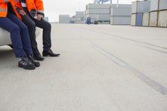 Χαμηλό τμήμα των εργαζομένων που κλίνουν στο αυτοκίνητο στη ναυτιλία του ναυπηγείου Στοκ Εικόνες