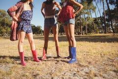Χαμηλό τμήμα των θηλυκών φίλων που στέκονται στον τομέα στοκ φωτογραφία με δικαίωμα ελεύθερης χρήσης