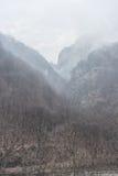 Χαμηλό cloudiness με μια ομίχλη στα χειμερινά βουνά στοκ εικόνα