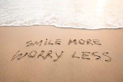 Χαμογελάστε περισσότερη ανησυχία λιγότερο - θετική σκέψη Στοκ εικόνες με δικαίωμα ελεύθερης χρήσης