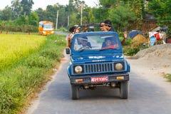 Χαμογελώντας άνθρωποι στο αυτοκίνητο στο δρόμο σε Chitwan Στοκ Εικόνες