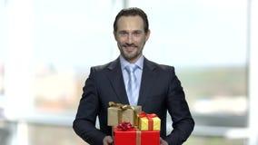 Χαμογελώντας άτομο με την ομάδα κιβωτίων δώρων απόθεμα βίντεο