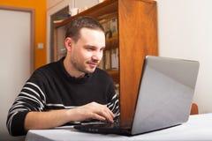 Χαμογελώντας άτομο με το lap-top στοκ εικόνες με δικαίωμα ελεύθερης χρήσης