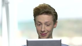 Χαμογελώντας έφηβος με την ταμπλέτα PC απόθεμα βίντεο