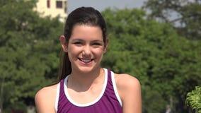 Χαμογελώντας αθλητικό κορίτσι εφήβων φιλμ μικρού μήκους