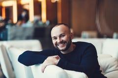 Χαμογελώντας αξύριστος νεαρός άνδρας Στοκ φωτογραφία με δικαίωμα ελεύθερης χρήσης