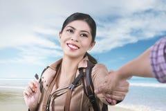 Χαμογελώντας ασιατική γυναίκα μετά από το σύζυγό της στις διακοπές Στοκ εικόνες με δικαίωμα ελεύθερης χρήσης