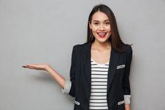 Χαμογελώντας ασιατική εκμετάλλευση επιχειρησιακών γυναικών copyspace στο φοίνικα Στοκ φωτογραφία με δικαίωμα ελεύθερης χρήσης