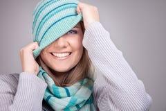 Χαμογελώντας αστείο χειμερινό κορίτσι Στοκ Φωτογραφία