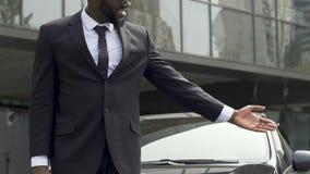 Χαμογελώντας αφροαμερικανός ταξιτζής που προσφέρει τις υπηρεσίες μεταφορών, διαφήμιση απόθεμα βίντεο