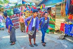 Χαμογελώντας αχθοφόροι στην αγορά Kyaiktiyo, το Μιανμάρ Στοκ Φωτογραφίες