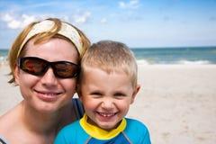 χαμογελώντας γιος μητέρ&ome Στοκ Φωτογραφία