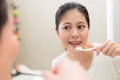 Χαμογελώντας γλυκιά θηλυκή πρότυπη οδοντόβουρτσα εκμετάλλευσης Στοκ Φωτογραφία