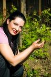 χαμογελώντας γυναίκα αμπελώνων άνοιξη αγροτών Στοκ φωτογραφίες με δικαίωμα ελεύθερης χρήσης