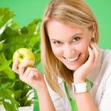 χαμογελώντας γυναίκα γραφείων επιχειρησιακής πράσινη λαβής μήλων στοκ φωτογραφίες