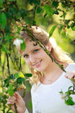 χαμογελώντας γυναίκα δέντρων Στοκ εικόνα με δικαίωμα ελεύθερης χρήσης