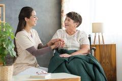 Χαμογελώντας γυναίκα και ευτυχής γιαγιά Στοκ εικόνες με δικαίωμα ελεύθερης χρήσης