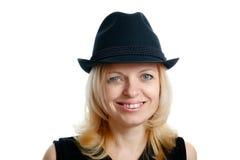 χαμογελώντας γυναίκα μαύρων καπέλων Στοκ εικόνα με δικαίωμα ελεύθερης χρήσης