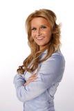 Χαμογελώντας γυναίκα με τα όπλα που διασχίζονται Στοκ εικόνες με δικαίωμα ελεύθερης χρήσης
