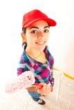 Χαμογελώντας γυναίκα με τον κύλινδρο χρωμάτων Στοκ φωτογραφία με δικαίωμα ελεύθερης χρήσης