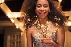 Χαμογελώντας γυναίκα με το φως της Βεγγάλης Στοκ εικόνα με δικαίωμα ελεύθερης χρήσης