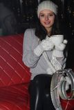χαμογελώντας γυναίκα οδών φλυτζανιών καφέδων στοκ φωτογραφία με δικαίωμα ελεύθερης χρήσης