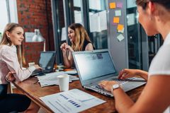 Χαμογελώντας γυναίκα ομάδα των γυναικών που εργάζονται στο σύγχρονο γραφείο που συζητά τις νέες ιδέες στοκ εικόνες με δικαίωμα ελεύθερης χρήσης