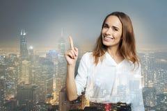 Χαμογελώντας γυναίκα που δείχνει το δάχτυλό της επάνω Στοκ Φωτογραφίες