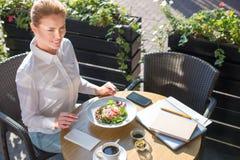 Χαμογελώντας γυναίκα που είναι έτοιμη να φάει την ελληνική σαλάτα Στοκ Φωτογραφία