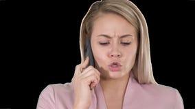 Χαμογελώντας γυναίκα που μιλά στο τηλέφωνο, άλφα κανάλι απόθεμα βίντεο
