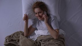 Χαμογελώντας γυναίκα που μοιράζεται τις καλές ειδήσεις για την εγκυμοσύνη της με το σύζυγο, τοπ-άποψη φιλμ μικρού μήκους