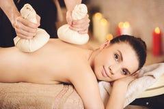 Χαμογελώντας γυναίκα που παίρνει το πίσω μασάζ Health Spa στοκ εικόνα με δικαίωμα ελεύθερης χρήσης