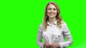 Χαμογελώντας γυναίκα που παρουσιάζει θέση για τη διαφήμιση φιλμ μικρού μήκους