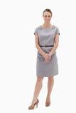 Χαμογελώντας γυναίκα που στέκεται επάνω και κράτημα των χεριών της Στοκ Φωτογραφίες