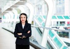 Χαμογελώντας γυναίκα που φορά την κάσκα μικροφώνων ως χειριστή, στοκ εικόνα με δικαίωμα ελεύθερης χρήσης