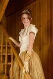 Χαμογελώντας γυναίκα που φορά το αναδρομικό φόρεμα Στοκ Εικόνες