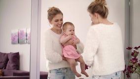 Χαμογελώντας γυναίκα που χορεύει με το μωρό σε ετοιμότητα Όμορφη οικογενειακή απόλαυση φιλμ μικρού μήκους