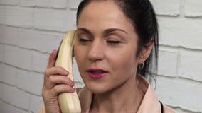 Χαμογελώντας γυναίκα που χρησιμοποιεί το αναδρομικό τηλέφωνο απόθεμα βίντεο