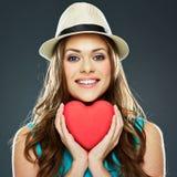 χαμογελώντας γυναίκα προσώπου Κόκκινη καρδιά βαλεντίνος δ στοκ εικόνες με δικαίωμα ελεύθερης χρήσης