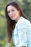 χαμογελώντας γυναίκα πτώ&s Στοκ εικόνα με δικαίωμα ελεύθερης χρήσης