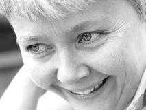 χαμογελώντας γυναίκα π&omicron Στοκ εικόνα με δικαίωμα ελεύθερης χρήσης