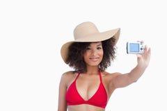 Χαμογελώντας γυναίκα σε beachwear φωτογραφιμένος στοκ φωτογραφία με δικαίωμα ελεύθερης χρήσης