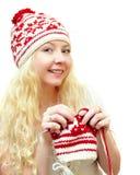 Χαμογελώντας γυναίκα στα χειμερινά ΚΑΠ πλέκοντας πρότυπα στοκ εικόνες με δικαίωμα ελεύθερης χρήσης
